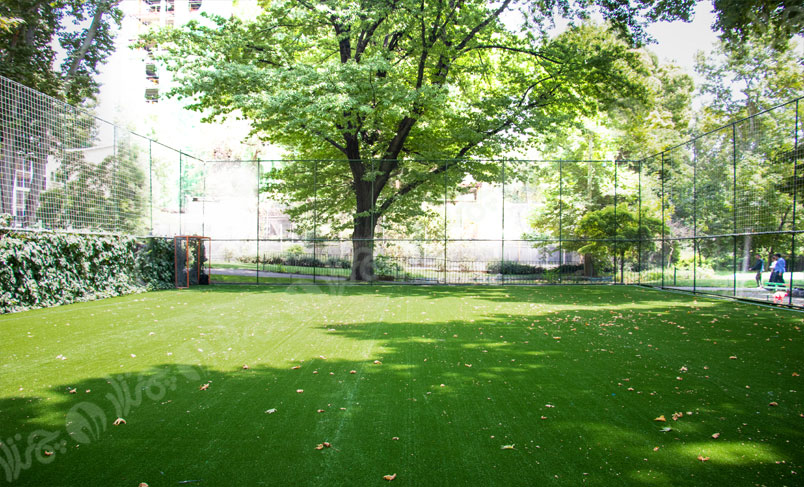 چمن مصنوعی فوتبال در حیاط مدرسه نیکان