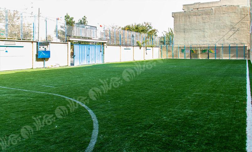 چمن مصنوعی حیاط مدرسه سیدالشهدا